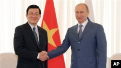 Tổng thống Nga Vladimir Putin và Chủ tịch nước Việt Nam Trương Tấn Sang trong cuộc họp tại khu nghỉ mát Biển Đen ở Sochi, miền Nam nước Nga, ngày 27/7/2012.