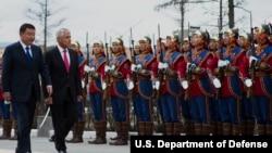 2014年4月10日蒙古烏蘭巴托:美國國防部長哈格爾(右)與蒙古國防部長巴特額爾登在檢閱儀式上 (國防部照片)