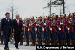 2014年4月10日蒙古乌兰巴托:美国国防部长哈格尔(右)与蒙古国防部长巴特额尔登在检阅仪式上 (国防部照片)