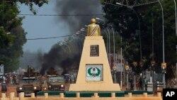 Les forces françaises de Sangaris patrouillent les rues alors que les jeunes en colère ont érigé des barricades dans toute la ville de Bangui, en République Centrafricaine, le 29 mai 2014.