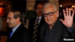 라크다르 브라히미 유엔·아랍연맹 시리아 특사(오른쪽)가 28일 시리아의 수도 다마스쿠스에서 파이살 알 미크다드 시리아 외무부장관과 회담했다.
