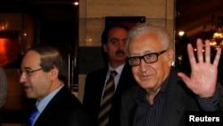 Đặc sứ Liên hiệp quốc Lakhdar Brahimi (phải) chào các ký giả khi ông đến một khách sạn ở Damascus, 28/10/13