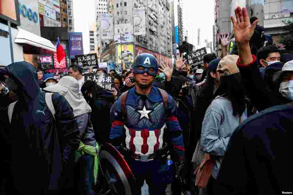 Un manifestante vestido como Capitán América asiste a una marcha del Día de los Derechos Humanos, organizada por el Frente de Derechos Humanos Civiles, en Hong Kong.