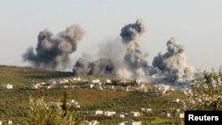지난달 8일 시리아 이들리브주 아티마에서 공습에 의한 것으로 보이는 검은 연기가 피어오르고 있다. (자료사진)