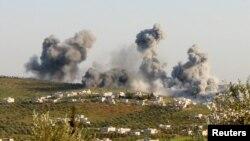 Asap membubung akibat serangan udara di Atimah, provinsi Idlib, Suriah (8/3).