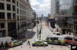 Camionetas y autos de la policía bloquean el acceso a una avenida luego del ataque en el Puente de Londres.