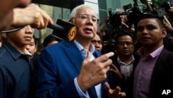 លោក Najib Razak អតីតនាយករដ្ឋមន្ត្រីម៉ាឡេស៊ីថ្លែងទៅកាន់សារព័ត៌មាន នៅពេលលោកចាកចេញពីការិយាល័យគណកម្មការប្រឆាំងអំពើពុករលួយម៉ាឡេស៊ី នៅក្នុងក្រុង Putrajaya ប្រទេសម៉ាឡេស៊ី កាលពីថ្ងៃទី២២ ខែឧសភា ឆ្នាំ២០១៨។