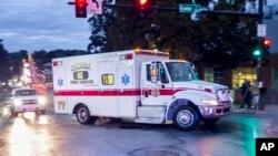 L'ambulance transportant le Dr Rick Sacra, qui a été rapatrié aux Etats-Unis (AP)