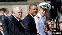 美國前國防部長羅伯特.蓋茨(左)2011年6月在退休儀式上與於奧巴馬總統坐在一起。