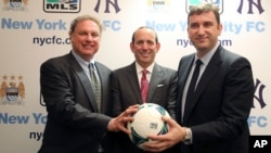 El presidente de los New York Yankees, Randy Levine (izq.), junto al comisionado de la MLS Don Garber (centro), y el director ejecutivo del Manchester City, de Inglaterra, hicieron público el acuerdo.