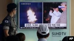 Một binh lính Hàn Quốc xem chương trình tin tức truyền hình tại nhà ga xe lửa Seoul, Hàn Quốc, cho thấy hình ảnh được công bố hôm thứ Năm trên báo Rodong Sinmun của Bắc Triều Tiên về việc phóng tên lửa đạn đạo của quốc gia này và nhà lãnh đạo Kim Jong-un.