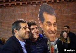 Ernesto Talvi (izquierda) del Partido Colorado posa para fotografías tras ganar la elección primaria de su partido el domingo, 30 de junio de 2019, en Montevideo, Uruguay.