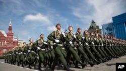 Pasukan Rusia melakukan Parade Kemenangan di Moskow memperingati 70 tahun kemenangan atas Nazi pada Perang Dunia II (foto: dok). Rusia mengancam akan mengerahkan lebih banyak pasukannya ke perbatasan.
