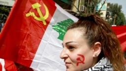 Une partisane du Parti communiste libanais participe à une marche célébrant la Journée internationale du travail à Beyrouth, au Liban, le 1er mai 2018.