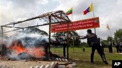26일 '세계 마약퇴치의 날'을 맞이하여 열린 기념 행사에서 버마 경찰이 적발한 마약을 태우고 있다.