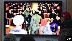 一名南韓市民在首爾鐵路車站觀看電視播放北韓領導人金正恩的姑丈張成澤勞動黨政局擴大會議舉行期間 ﹐被 當 場 帶 走 的新聞報導。