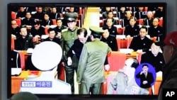 북한 조선중앙TV는 9일 장성택 국방위원회 부위원장이 노동당 정치국 확대회의에서 체포되는 모습을 공개했다. 한국 서울역에서 시민들이 관련 뉴스 보도를 지켜보고 있다.