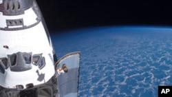 美國航天飛機奮進號星期一發射升空