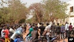 La foule sur les lieux d'un attentat à Bamako, le 7 mars 2015