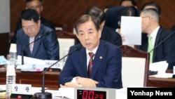 7일 한민구 한국 국방 장관이 서울 국방부에서 열린 국회 국정감사에서 의원들의 질의에 답하고 있다.