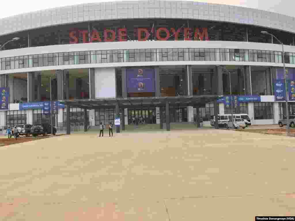 L'entrée principale sur le stade d'Oyem, au Gabon, le 25 janvier 2017. (VOA/Timothée Donangmaye)