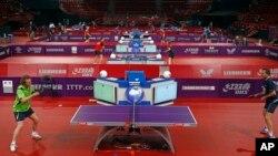 Các tay vợt từ khắp thế giới tranh tài tại sân vận động Bercy tại Paris, ngày 12/4/2013