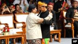 Presiden Joko Widodo (kanan) dan Prabowo Subianto berpelukan, pada acara deklarasi pemilu damai di Jakarta, Minggu (23/9) lalu.