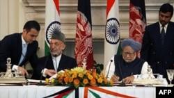 Thủ tướng Ấn Ðộ Manmohan Singh (phải) và Tổng thống Afghanistan Hamid Karzai ký các thỏa thuận trong cuộc họp ở New Delhi hôm 4/10/11