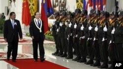 លោកនាយករដ្ឋមន្រ្តីចិន Wen Jiabao (ឆ្វេងទីពីរ) ត្រួតពលជាមួយលោកនាយករដ្ឋមន្រ្តីខ្មែរ ហ៊ុន សែន ក្នុងឱកាសស្វាគមជាផ្លូវការមួយក្នុងរាជធានីភ្នំពេញ។