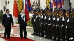 China's Premier Wen Jiabao, second form left, inspects honor guards with Cambodia's Prime Minister Hun Sen, left, during an official welcoming ceremony in Phnom Penh, file photo.