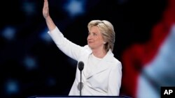 2016年7月28日,民主党总统提名人希拉里·克林顿在费城举行的全国代表大会上讲话前向代表挥手致意。