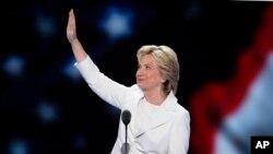 ທ່ານນາງ Hillary Clinton ໂບກມືໃຫ້ຄະນະຜູ້ແທນ ກ່ອນກ່າວຄຳປາໄສ ຮັບເອົາການສະເໜີເປັນຜູ້ສະໝັກ ປະທານາທິບໍດີ ຂອງພັກພັກເດໂມແຄຣັດ ໃນມື້ສຸດທ້າຍ ຂອງກອງປຊຸມໃຫຍ່ຂອງພັກ ທີ່ນະຄອນ Philadelphia. (28 ກໍລະກົດ 2016)