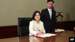 ປະທານາທິບໍດີໄຕ້ຫວັນ ທ່ານນາງ Tsai Ing-wen ເຊັນເອກ ກະສານສະບັບທຳອິດ ຫລັງຈາກໄດ້ສາບານໂຕເຂົ້າຮັບຕຳແໜ່ງ.