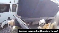 نوار ویدیویی که برای مدت کوتاهی در یوتیوب نشر شد، نشان می دهد که نظامی ملبس با ینفورم قوای خاص امریکایی لاری غیر نظامی را در افغانستان نشانه گرفته است