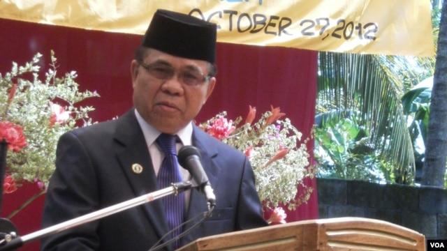 Moro Islamic Liberation Front Chairman Al Haj Murad Ebrahim holds a rare press conference at Camp Darapanan, Philippines, October 27, 2012. (Simone Orendain/VOA)