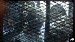 Para aktivis Mesir saat diadili di Kairo (foto: dok). Puluhan perempuan Mesir menyerukan pembebasan ribuan orang yang ditahan.