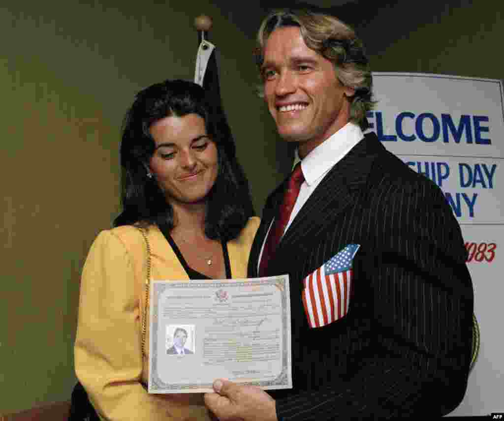 Арнольд Шварценеггер в компании с Марией Шрайвер показывает сертификат гражданина США, 16 сентября 1983г.