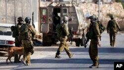 19일 요르단강 서안 도시 헤브론에서 이스라엘 군인들이 실종 소년들의 수색작업을 벌이고 있다.