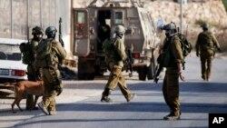 Binh sĩ Israel tìm kiếm ba thiếu niên mất tích ở thành phố Bờ Tây Hebron, ngày 19/62014.
