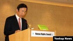 윤병세 한국 외교장관이 2일 스위스 제네바의 유엔 인권이사회에서 열린 고위급 회기 기조연설을 하고 있다.