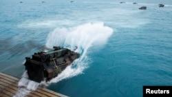 """2019年7月22日美國海軍兩棲船塢運輸艦""""綠灣""""號在澳大利亞北部海港城市鮑恩參加美澳軍事訓練。"""