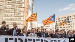 Les maires de Catalogne protestent à l'extérieur de la Commission européenne à Bruxelles, Belgique, le 7 novembre 2017.