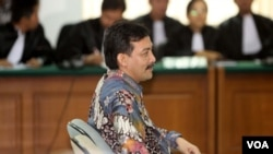 Mantan Menteri Pemuda dan Olahraga Andi Mallarangeng di persidangan. ia divonis 4 tahun penjara atas keterlibatannya dalam kasus korupsi proyek Hambalang, 18/7/2014 (VOA/ Fathiyah Wardah).