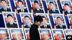 반근혜 한국 대통령이 지난달 26일 국립대전현충원에서 열린 천안함 폭침 5주기 추모식에서 당시 숨진 군인 46 명의 영정 앞을 지나고 있다. (자료사진)