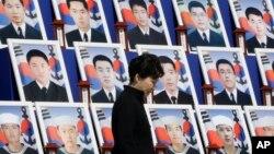 반근혜 한국 대통령이 26일 국립대전현충원에서 열린 천안함 폭침 5주기 추모식에서 당시 숨진 군인 46 명의 영정 앞을 지나고 있다.