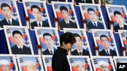 박근혜 한국 대통령이 26일 국립대전현충원에서 열린 천안함 폭침 5주기 추모식에서 당시 숨진 군인 46 명의 영정 앞을 지나고 있다.