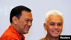 Menko Perekonomian Hatta Rajasa (kanan) didampingi mantan Menkeu Agus Martowardojo pasca serah terima jabatan di Jakarta (22/4).