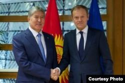 Atambayev Yevropa Ittifoqi Kengashi rahbari Donald Tusk bilan, Bryssel, 16-fevral, 2017