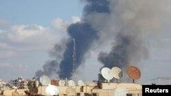 Khói bốc lên từ địa điểm mà các nhà hoạt động nói bị lực lượng trung thành với Tổng thống Syria al-Assad oanh kích, 25/11/14