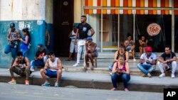 Warga Kuba berusaha mengakses internet dengan ponselnya, di sebuah fasilitas wifi yang tersedia untuk umum di Havana (foto: ilustrasi).